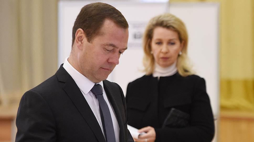 Голосование на одном из избирательных участков Москвы  На фото: председатель правительства России Дмитрий Медведев и его жена Светлана Медведева