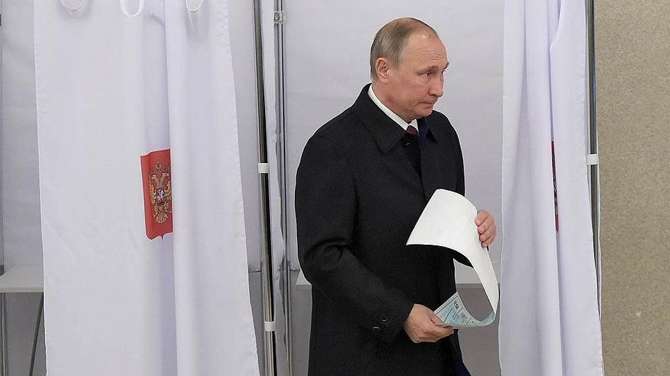Президент РФ Владимир Путин на избирательном участке №2151 в Российской академии наук
