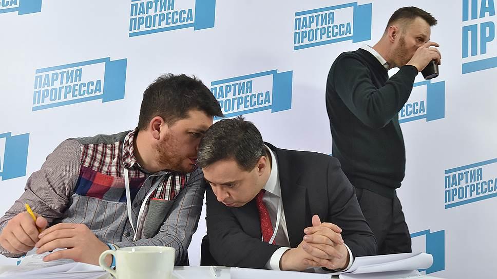 Председатель незарегистрированной Партии прогресса Алексей Навальный (справа) и секретарь партии Дмитрий Крайнев (в центре)