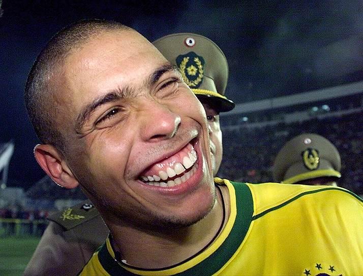 Летом 1997 года миланский «Интер» перекупил Роналдо у «Барселоны» за рекордные для того времени 25 млн фунтов стерлингов. В миланском клубе футболист провел три успешных сезона, пока в 2000 году не сломал колено. Бразильцу предстояла третья операция на ноге, на восстановление врачи отвели минимум год. Все время, пока Роналдо не появлялся на поле, он тренировался, чтобы попасть на чемпионат мира по футболу 2002 года. Мундиаль прошел для бразильца успешно, и уже после турнира Роналдо перешел в мадридский «Реал» за 40 млн фунтов стерлингов