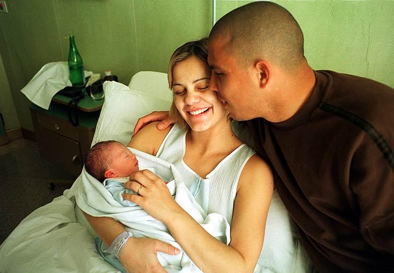 Личная жизнь Роналдо была насыщенной и привлекала внимание публики с самого начала его карьеры. Бразилец встречался с моделями и актрисами. В 2000 году его первая жена Милена Домингес родила сына Роналда (на фото). В 2005 году у футболиста родился сын Александр, однако его родство спортсмен признал только после генетической экспертизы. В 2006 году Роналдо второй раз женился. Мария Беатрис Антони родила футболисту двух дочерей, а в 2012 году пара развелась