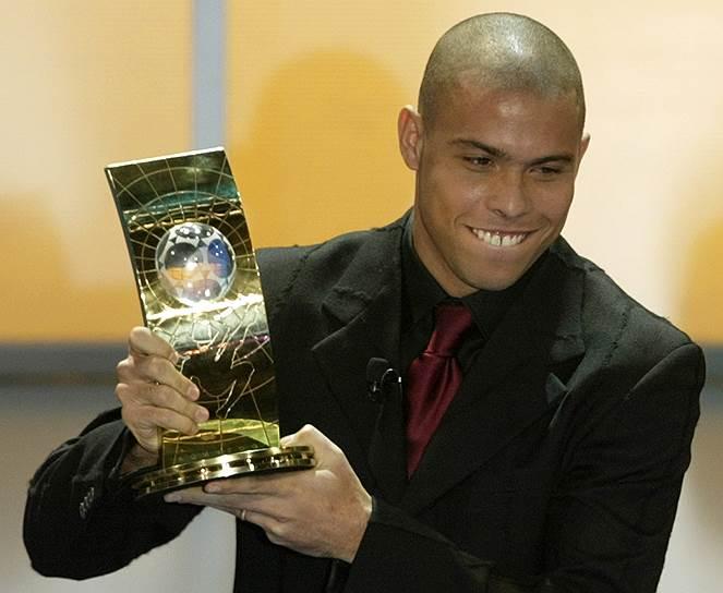 Среди личных трофеев спортсмена — два «Золотых мяча» (1997, 2002) и «Золотая бутса» (1997). Роналдо трижды был признан лучшим игроком года версии FIFA. Международная федерация также включила его топ-100 великих футболистов<br>На фото: Роналдо получает приз как лучший игрок года ФИФА, 2002 год