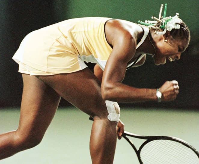Серена Джамека Уильямс родилась 26 сентября 1981 года  в Мичигане. Ее сестра Винус на 15 месяцев старше. В детстве Серену называли Мика (Meeka — ласкательно-уменьшительное от ее второго имени Jameka). Когда девочке было 9 лет, семья переехала в Комптон, штат Калифорния, где Серена и ее сестра Винус начали заниматься теннисом