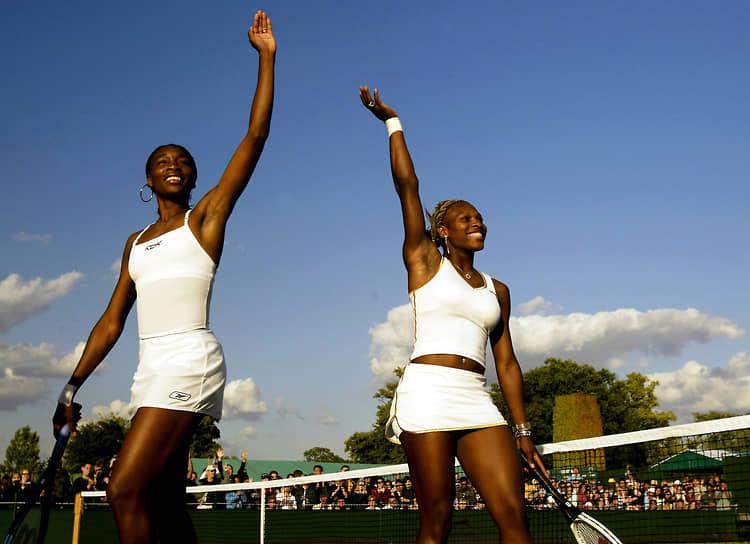 «Мы привнесли в теннис страсть, а также сделали его более модным и стильным»<br>В 1998 году в паре со старшей сестрой Винус Уильямс (слева) Серена завоевала первые в карьере титулы в турнирах WTA, они стали третьей в истории тенниса парой сестер, которые выиграли турнир такого уровня. Сестры неоднократно встречались на корте также как соперницы — так, в 2002 году в Париже Серена обыграла Винус в финале Открытого чемпионата Франции. Серена и Винус стали первыми в истории профессиональных рейтингов сестрами, которые одновременно заняли первые две строчки в мировой турнирной таблице. А в 2003 году они сошлись в финалах всех четырех турниров Большого шлема