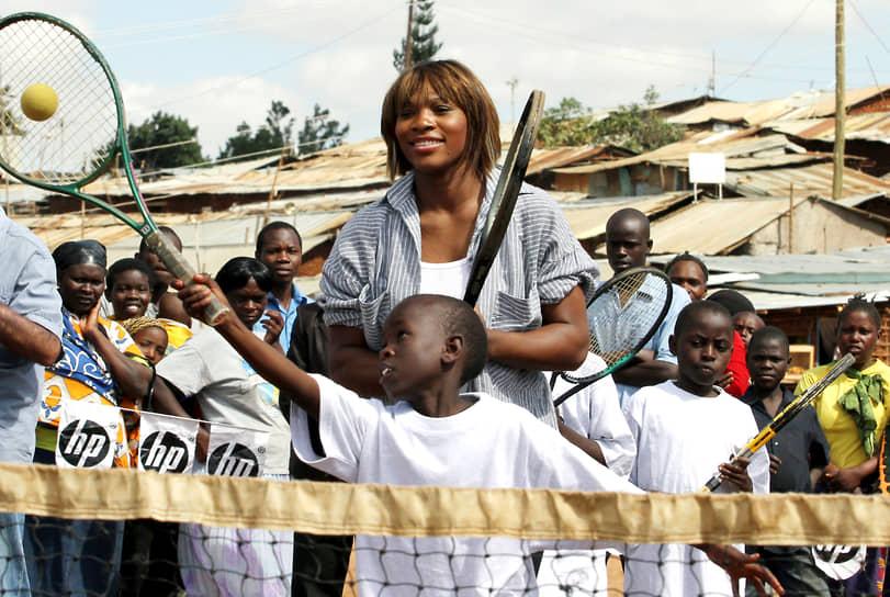 «Я не хочу быть одной из тех звезд, которые ходят с задранным носом. Я хочу быть человеком, с котором если встретишься, то он будет точно такой же, как про него написано в статье или еще где-то»<br>Серена Уильямс ведет благотворительную деятельность. Еще в 2006 году после первой поездки в Африку она спонсировала открытие школы в Сенегале. Две школы, построенные на деньги спортсменки, работают в Кении. В США фонд Уильямс выдает стипендии на обучение медсестер. Фонд формируется из доходов от продажи гигиенической губной помады, которую Серена Уильямс разработала вместе с Mission Skin Care