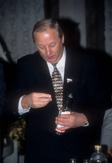 Сенатор и бывший губернатор Свердловской области Эдуард Россель был членом BЛKCM в 1951-1966 годах, в 1966 году вступил в КПСС (кандидат с февраля 1965 года)