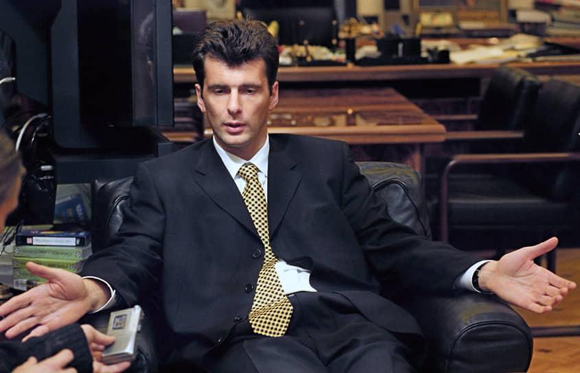 В 1989 году владелец ОНЭКСИМа Михаил Прохоров закончил отделение международных  экономических отношений Московского  финансового института, где был членом бюро ВЛКСМ. Перед самым выпуском будущий бизнесмен вступил в КПСС