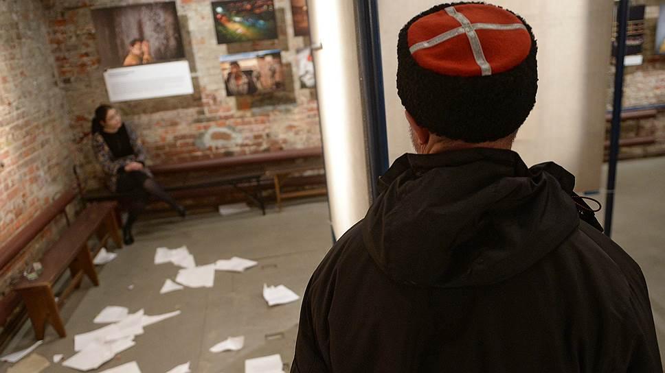 Почему активисты залили краской выставленные в Сахаровском центре фотографии, посвященные войне на Украине