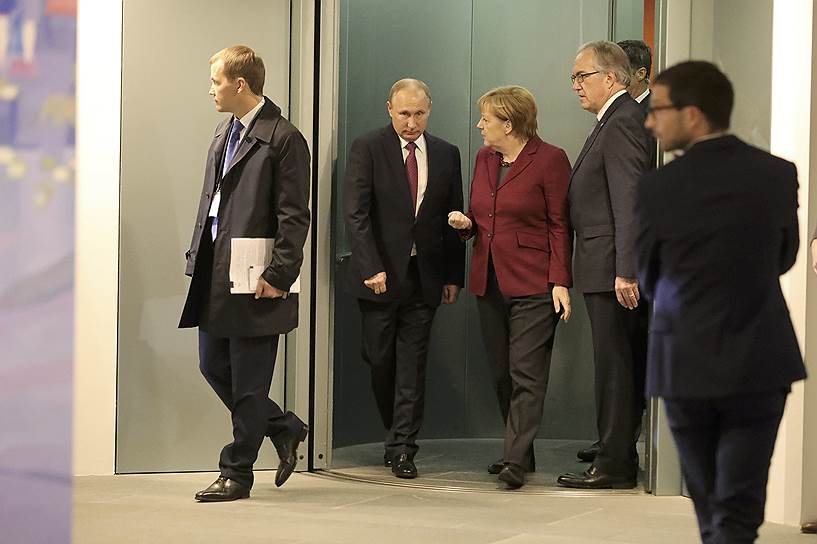 Президент России Владимир Путин (второй слева) и канцлер ФРГ Ангела Меркель