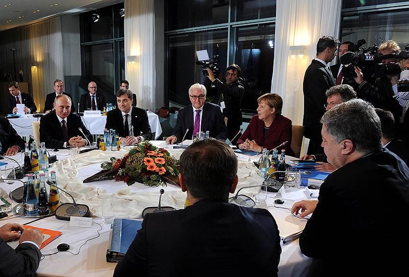 Слева направо: президент России Владимир Путин, помощник президента России Владислав Сурков, министр иностранных дел ФРГ Франк-Вальтер Штайнмайер, канцлер ФРГ Ангела Меркель, президент Украины Петр Порошенко (справа)