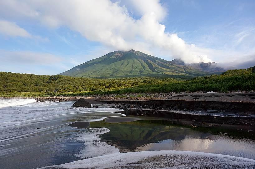 Вид на вулкан Кудрявый на острове Итуруп