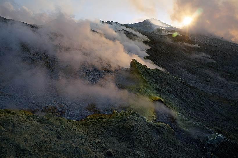 Вулкан Кудрявый на острове Итуруп