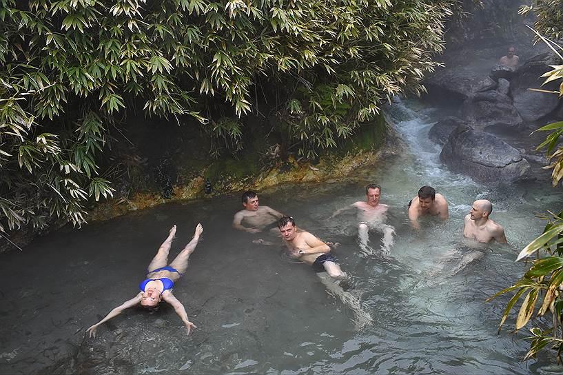 Туристы во время купания в родоновом источнике на острове Итуруп