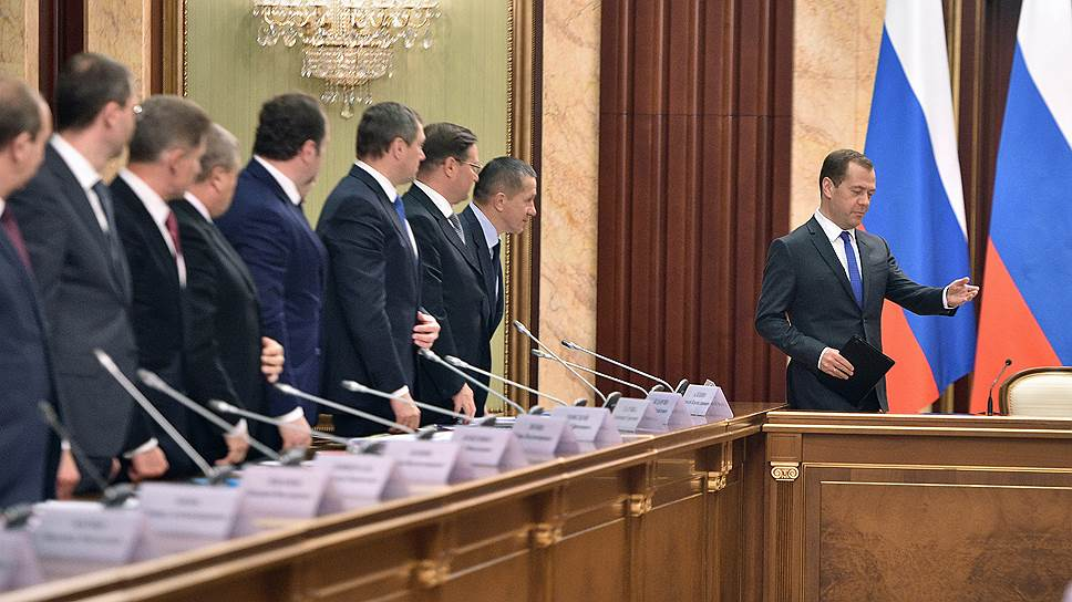 Председатель правительства России Дмитрий Медведев (справа)