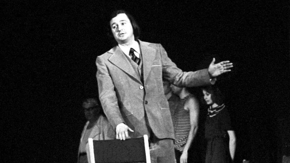 Роман Григорьевич Виктюк родился 28 октября 1936 года во Львове. Его родители были учителями. Уже в школе он сделал свои первые шаги к будущей профессии: ставил небольшие спектакли с одноклассниками. В 1956 году Виктюк окончил ГИТИС, где учился на отделении актерского мастерства