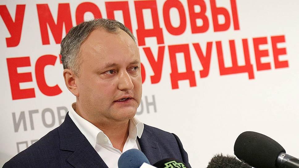 В то время как Игорь Додон проводил первую пресс-конференцию в качестве избранного президента, его оппоненты созвали в центре Кишинева митинг против результатов выборов