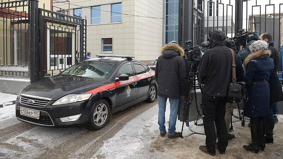 Журналисты около здания СКР, где проходит допрос Алексея Улюкаева