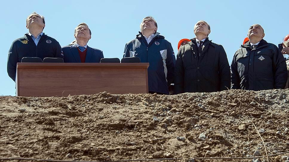 Запуск ракеты-носителя на космодроме высокопоставленные гости Восточного во главе с президентом Путиным наблюдали из-за бруствера, а не из специального комплекса, который не был построен в связи с махинациями на стадии проектирования