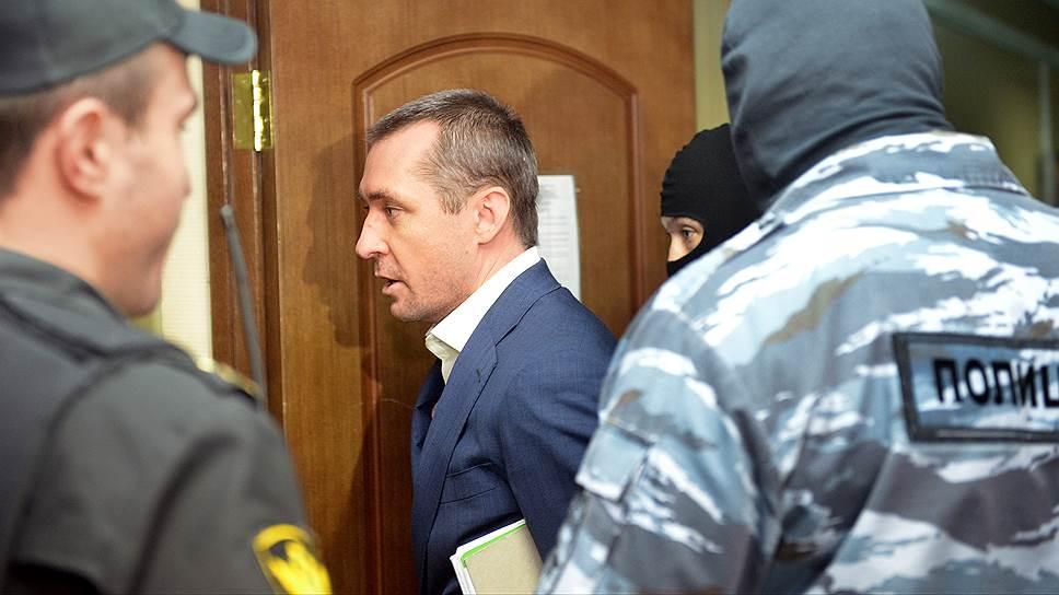 Бывший заместитель начальника управления «Т»  ГУЭБиПК Дмитрий Захарченко (в центре)