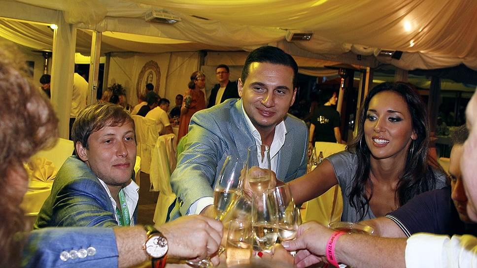 Ян Абрамов (в центре)
