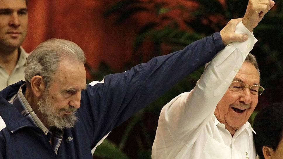 Рауль Кастро (справа) будет возглавлять Кубу и после смерти своего брата Фиделя — но только до 2018 года