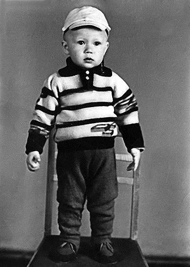 Евгений Витальевич Миронов родился 29 ноября 1966 года в Саратове. Его семья жила в военном городке Татищево-5 (сейчас — поселок Светлый), отец был водителем, а мать — продавщицей. Миронов еще в школе понял, что хочет стать артистом, для этого он поступил в музыкальную школу по классу аккордеон