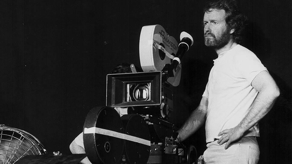 Ридли Скотт родился 30 ноября 1937 года в английском Саут-Шилдсе. Отец будущего режиссера был военным, поэтому семья часто переезжала, жила в Камбрии, Уэльсе, Германии и вернулась в Англию только после Второй мировой войны. Свой первый фильм Ридли Скотт снял во время учебы в Королевском колледже искусств. В короткометражке «Мальчик и велосипед» главные роли играли его отец и младший брат. После окончания колледжа Скотт поступил на работу в Би-би-си, где сначала выполнял обязанности дизайнера и художника-постановщика в телесериалах, а затем стал их режиссером