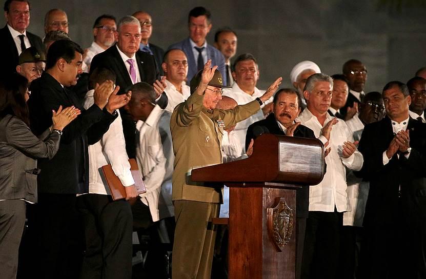 Председатель Госсовета и Совета министров Кубы Рауль Кастро во время выступления на площади Революции