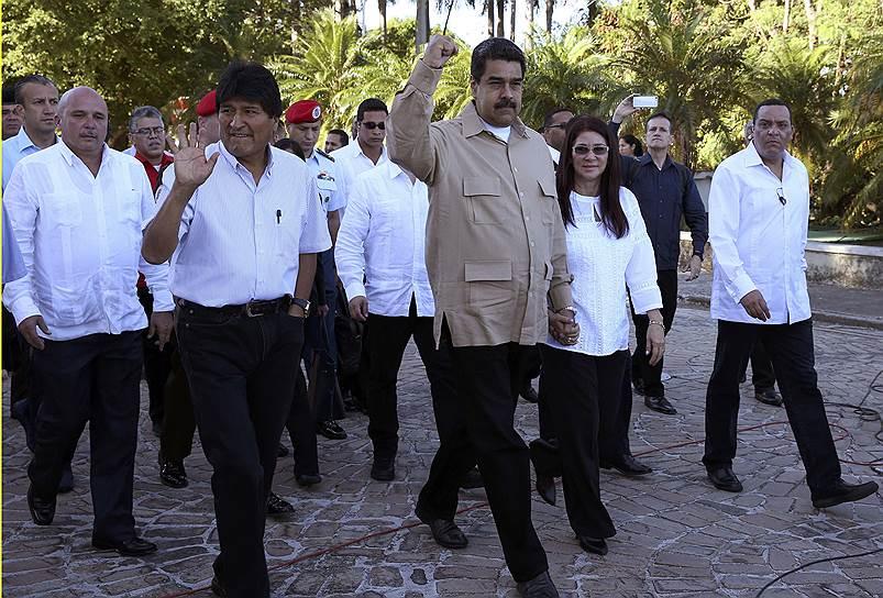 Президент Боливии Эво Моралес (слева) и президент Венесуэлы Николас Мадуро идут на площадь Революции почтить память Фиделя Кастро