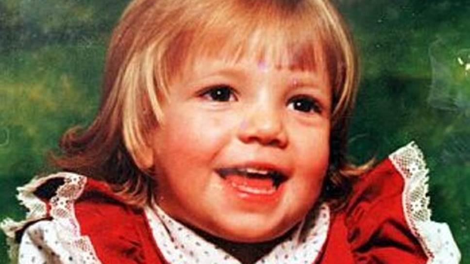Бритни Спирс родилась 2 декабря 1981 года в штате Миссисипи в семье школьной учительницы и повара. До девяти лет девочка профессионально занималась художественной гимнастикой, участвовала в соревнованиях штата. Училась в актерской школе Professional Performing Arts School в Нью-Йорке