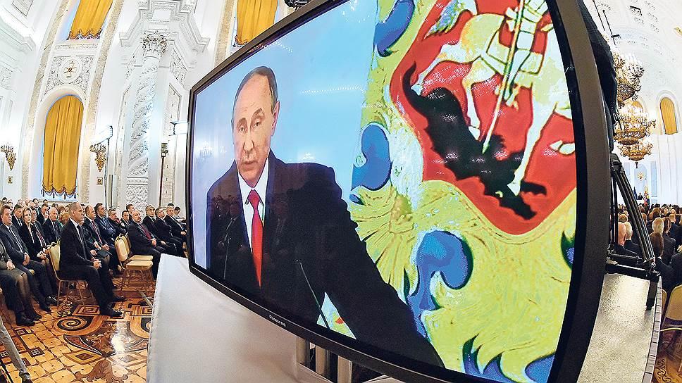 Некоторым депутатам в задних рядах зала доступнее оказался экранный образ Владимира Путина