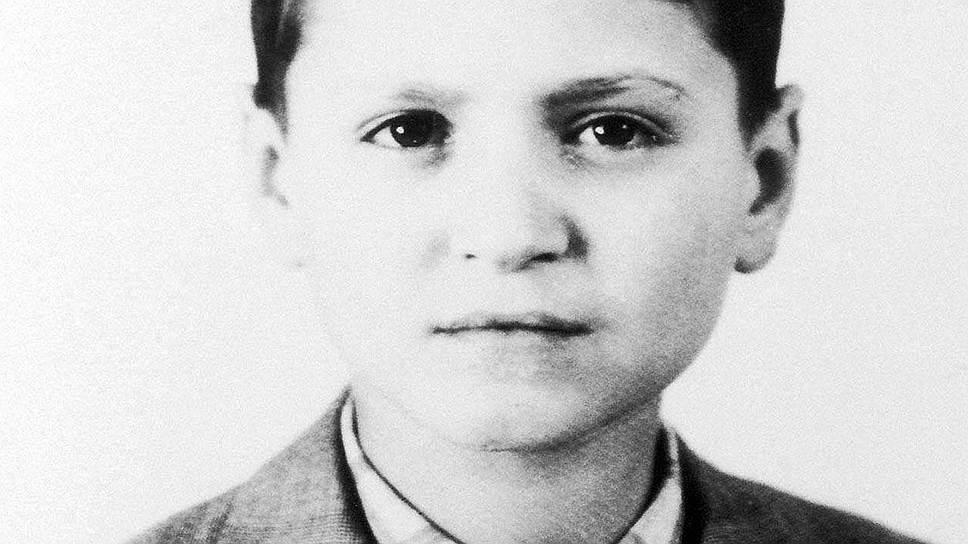«Думаю, что своим мастерством и профессионализмом обязан маме»Джанни Версаче родился 2 декабря 1946 года в итальянском городке Реджо-ди-Калабрия. Его отец владел собственным магазином электроприборов, а мать была портнихой в ателье, которое впоследствии выкупила. Именно там юный Версаче получил первые опыты в модной индустрии. Помогая матери, он ездил на показы в Милан и Париж, знакомился с тенденциями и стилем тогда уже блиставших дизайнеров