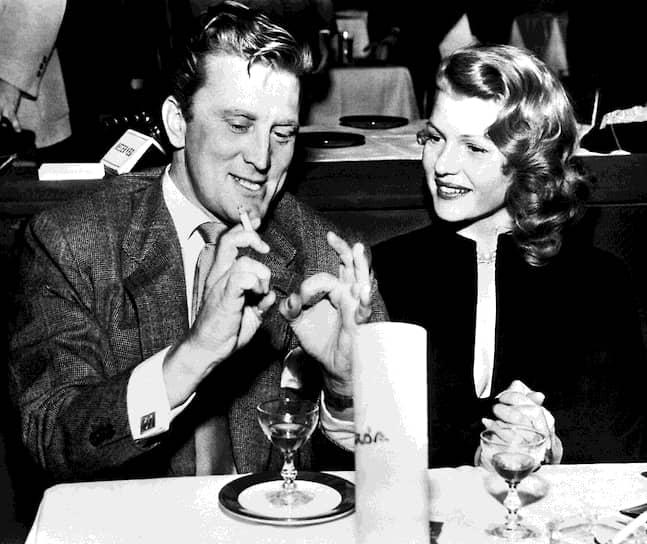 Вернувшись из армии, Дуглас начал активно работать на Бродвее. А в 1945 году переехал в Лос-Анджелес (штат Калифорния), где начал сотрудничать с голливудскими продюсерами. Дебют на большом экране состоялся в 1946 году в фильме «Странная любовь Марты Айверс». После этого начинающему актеру начали предлагать работу, но только лишь на вторых ролях<br> На фото: актриса Рита Хейворт и Кирк Дуглас