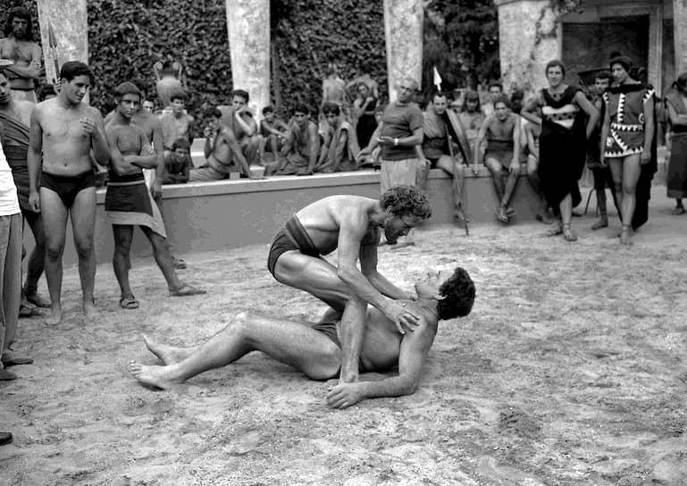 Прорыв в карьере Кирка Дугласа произошел после того, как он сыграл в малобюджетном фильме «Чемпион»(1949). За роль в этой картине он получил первую из своих трех номинаций на премию «Оскар». Дальше последовали ставшие уже классическими ленты «Злые и красивые» (1952) и «Тропы славы» (1957)