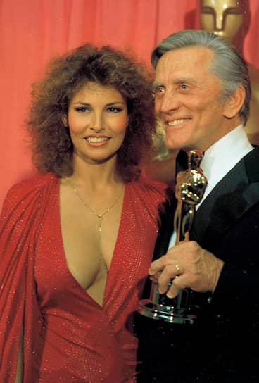 Кирк Дуглас трижды был номинирован на «Оскар» за роли в разных фильмах, однако получил почетную награду только в 1998 году с формулировкой «за 50 лет творческих и моральных усилий в кинематографическом сообществе»<br> На фото: Кирк Дуглас и актриса Ракель Уэлч на 50-й церемонии вручения «Оскара»