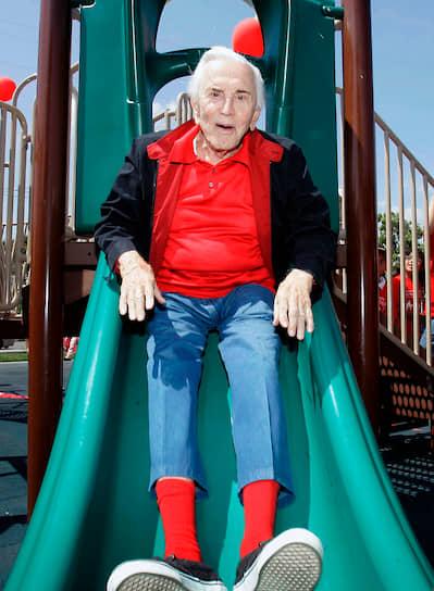Кирк Дуглас написал несколько книг, которые критики оценивают положительно. В 1988 году он выпустил свою первую автобиографию The Ragman`s Son («Сын Рагмана»), позднее вышли романы Dance with the Devil («Танец с дьяволом», 1990), The Secret («Секрет», 1992) и Last Tango in Brooklyn («Последнее Танго в Бруклине», 1994). Кроме того, актер активно вел собственный блог, в возрасте 94 лет он был признан самым пожилым блогером-знаменитостью в мире