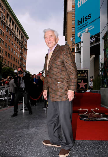 «Нельзя научиться жить, не научившись дарить»<br> Год назад, в день своего 99-летия, Дуглас пожертвовал $15 млн на строительство в Лос-Анджелесе центра по уходу за страдающими болезнью Альцгеймера актерами и деятелями Голливуда