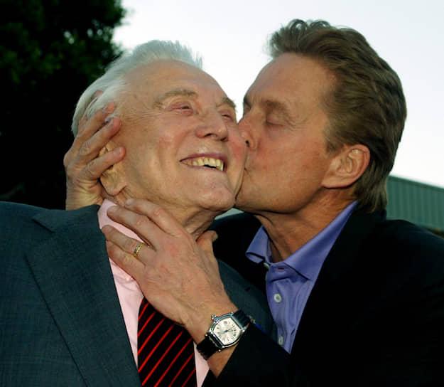 «Мне посчастливилось найти свою вторую половину 63 года назад. Именно наш чудесный брак и ежедневные ночные разговоры по душам помогли мне пережить все трудности»<br> Кирк Дуглас был дважды женат. В первом браке с актрисой Дианой Дилл, продлившемся около восьми лет, у актера родились двое сыновей: Майкл (на фото) и Джоэл. Второй брак с писательницей и актрисой Энн Дуглас продлился 65 лет