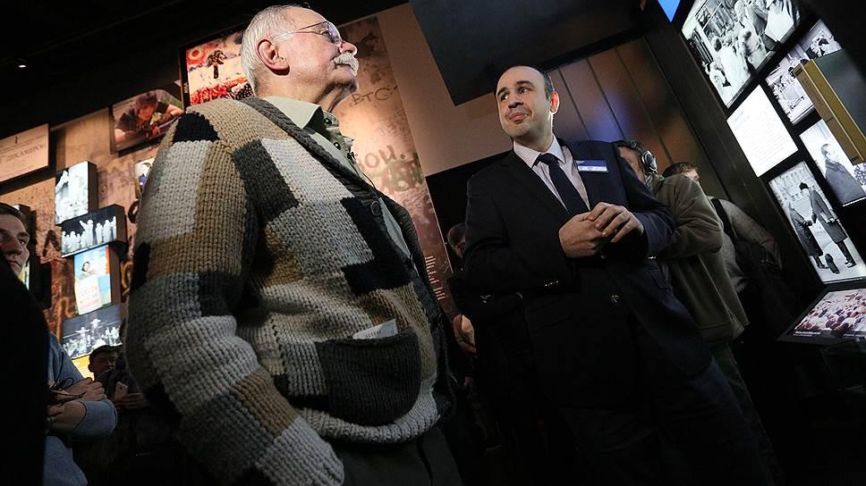 Кинорежиссер Никита Михалков (слева)