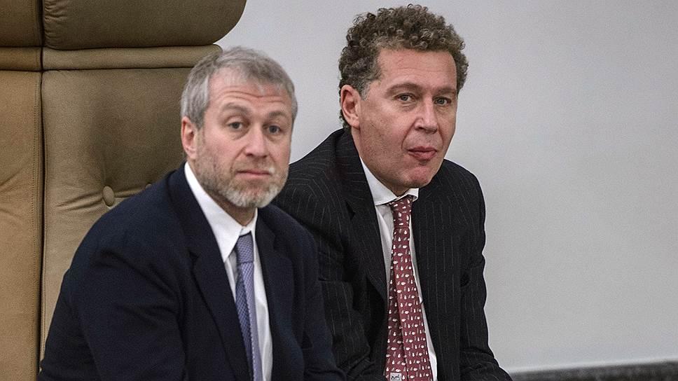 Александр Мамут (справа) и Роман Абрамович, как и все остальные, ждали президента в Кремле больше трех часов