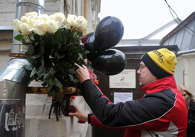 Цветы у офиса «Фонда Доктора Лизы»