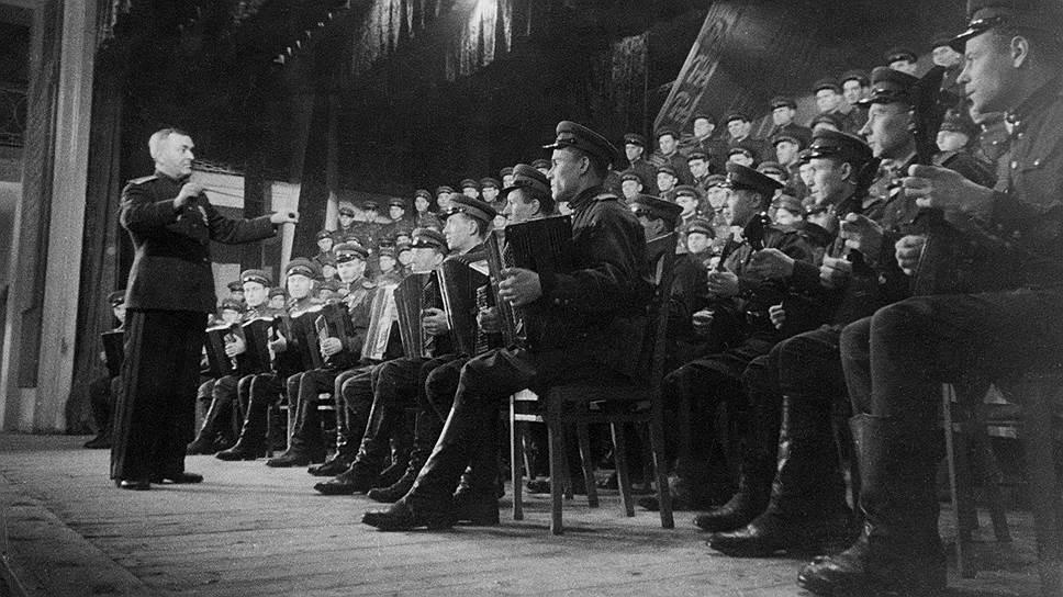Ансамбль Александрова был в мире одним из главных символов мощи Советского Союза (на фото — репетиция гимна СССР в 1943 году под управлением автора его музыки Александра Александрова)