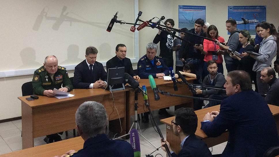 Пресс-конференция министра транспорта Максима Соколова (второй слева) в Сочи