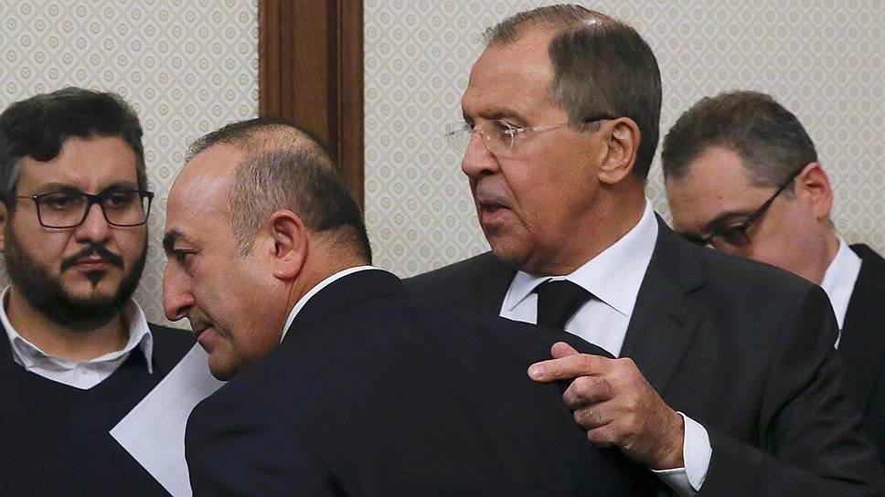 Министр иностранных дел России Сергей Лавров (справа) и министр иностранных дел Турции Мевлют Чавушоглу