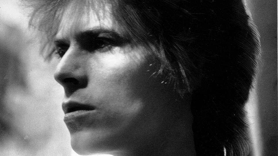 Дэвид Боуи (настоящее имя Дэвид Роберт Джонс) родился в лондонском пригороде Брикстоне 8 января 1947 года. В детстве будущий музыкант отличался буйным нравом: в одной из школьных драк ему повредили глаз, что привело к изменению цвета радужки. В результате трансформации зрачка стало казаться, что у Дэвида разный цвет глаз