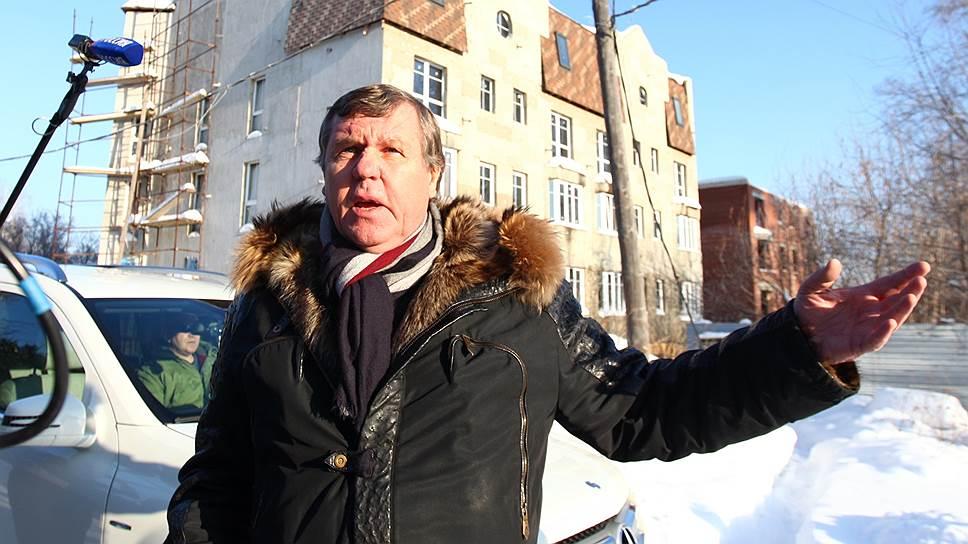 Как Александр Новиков пообещал достроить коттеджный поселок