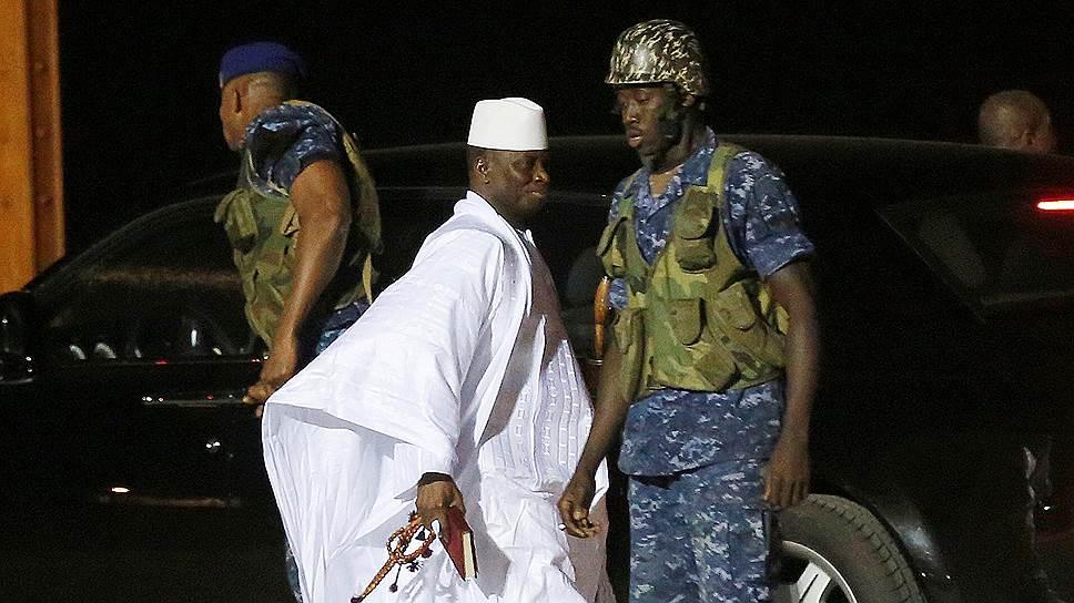 Бывший президент Гамбии Яйя Джамме (в центре)