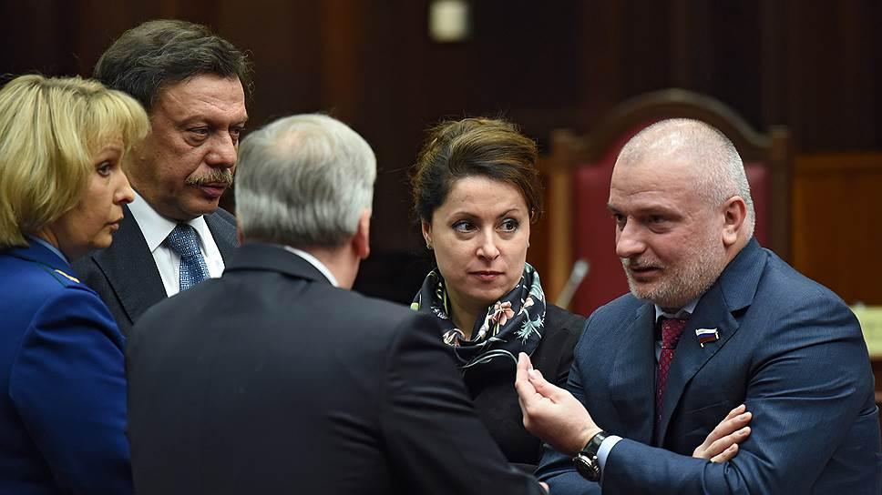 Михаил Барщевский (второй слева) и Андрей Клишас (справа) призвали КС устранить в статье 212.1 УК помехи, усложняющие ее применение