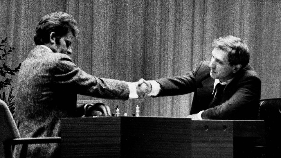 «Сейчас, по прошествии лет, я жалею, что отказался выигрывать матч у Фишера»<br>В 1972 году состоялся один из самых знаковых и скандальных матчей в истории шахмат. Чемпион мира Борис Спасский встречался с Робертом Фишером (на фото справа). Игра была неровной: соперники по очереди выигрывали и проигрывали, на вторую партию матча американец не явился вовсе, уступив очко. В 21-й партии Спасский допустил ошибку, а на следующий день не пришел на доигрывание, уступив американцу корону. Призовой фонд поединка в Рейкьявике $250 тыс. по тем временам был колоссальным. Советский шахматист выиграл тогда $93 тыс.