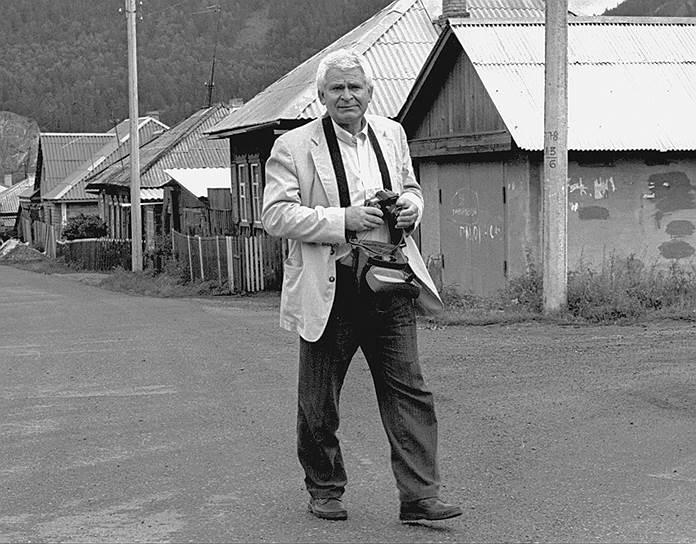 В 1992 году Борис Спасский и Роберт Фишер вновь встретились за шахматной доской. Матч, организованный югославским мультимиллионером Ездимиром Василевичем, проходил по условиям американца, выдвинутым еще в 1970-е: до десяти побед одного из соперников. Встреча гроссмейстеров опять вызвала скандал: в то время по решению ООН на Югославию было наложено эмбарго, и участие в коммерческом соревновании противоречило ему. Суд в США выдал ордер на арест Фишера, поэтому после встречи он остался в Югославии. При этом правительство Франции, которое формально поддерживало эмбарго, не высказало претензий к Борису Спасскому